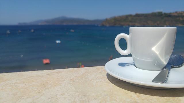 káva na pláži