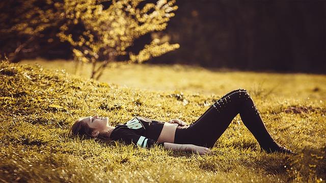 dívka ležící na trávě