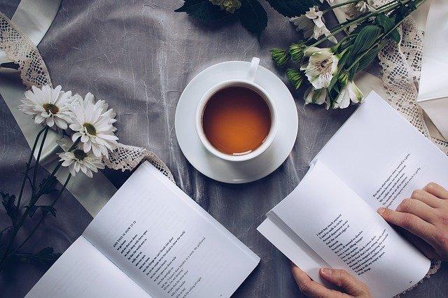 čtení u čaje